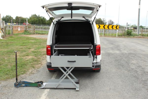 Roadside assistance vehicle with jack lifting aid 1