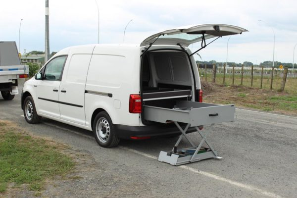 Roadside assistance vehicle with jack lifting aid 2
