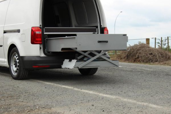 Roadside assistance vehicle with jack lifting aid 4